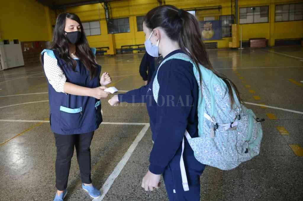 Alumnos de 7º grado de colegios de Rosario regresaron este miércoles a clases. Crédito: Marcelo Manera