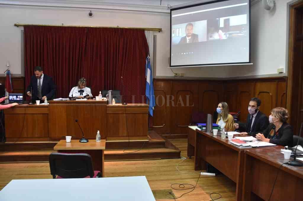 El juicio comenzó el 4 de febrero y está a cargo de los jueces Susana Luna, Rodolfo Mingarini (izq.) y Pablo Ruiz Staiger (en la pantalla gigante). Crédito: Flavio Raina