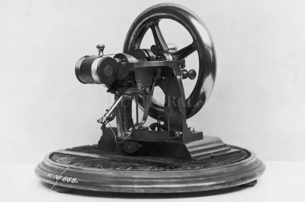 En 1846, Elias Howe obtuvo la primera patente por una máquina de coser funcional, realmente práctica y cuyas costuras no se deshacían. Crédito: Captura de Internet