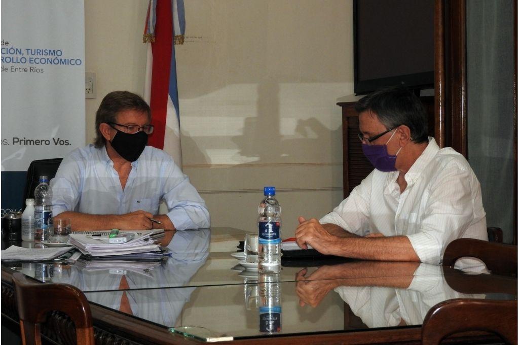 El ministro de Producción y Desarrollo de la provincia, Juan José Bahillo, junto al militante Néstor Loggio Crédito: Gentileza