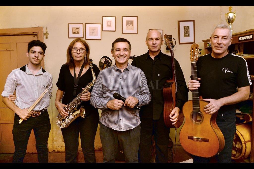 Córdoba acompañado por parte de los músicos que serán parte de la velada tanguera y folclórica. Crédito: Gentileza producción