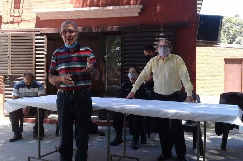 Reunión por el tema inseguridad en Sauce Viejo. Jorge Aguirre, de la Vecinal 30 de Noviembre, junto al subsecretario provincial de Seguridad Preventiva, Diego Llumá.     Crédito: Gentileza Vecinal de Sauce viejo