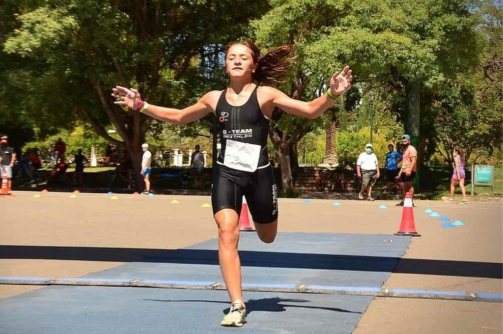 La muy jovencita Martina Imaz, que viene cumpliendo destacados desempeños y fue campeona en Mendoza y en Reconquista en la dura actividad del triatlón. En la foto, llegando al final del recorrido en el Parque San Martín de Mendoza.   Crédito: Gentileza José Cocuelle