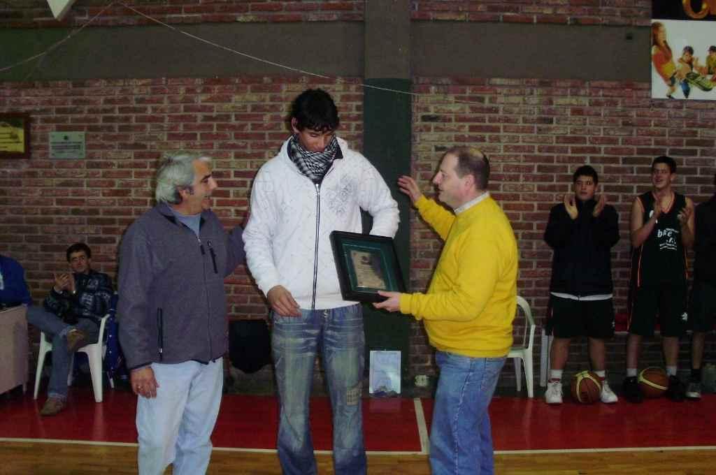 Hace 11 años. Tayavek Gallizzi ya comenzaba a tomar más seriamente al básquet, y en Macabi, a los 17 años, El Litoral lo premiaba por su gran presente.    Crédito: Archivo