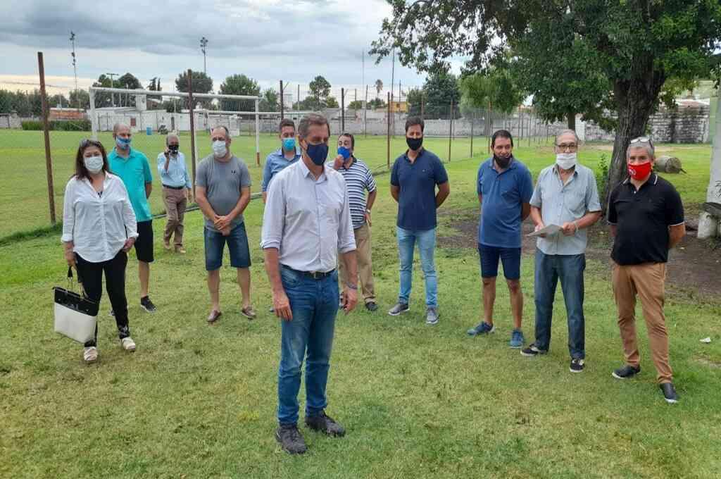 Valioso aporte. Danilo Capitani junto a integrantes de la CD de Belgrano y otras autoridades de la ciudad de la frutilla. Crédito: Gentileza