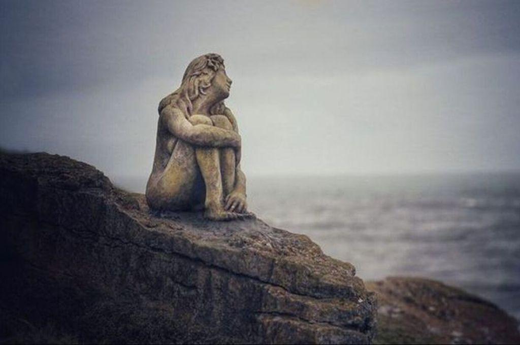 Escultura de una mujer mirando al mar de Mario Magrini Crédito: Captura de pantalla