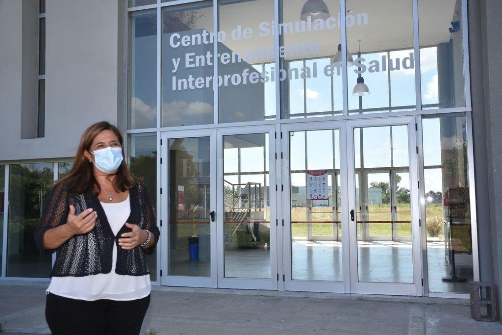 Larisa Carrera, decana de Ciencias Médicas de la UNL, frente al Centro de Simulación y Entrenamiento Interprofesional en Salud, un espacio clave para la capacitación de personal sanitario. Crédito: Flavio Raina