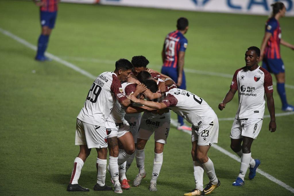 El festejo del golazo del Pulga Rodríguez en cancha de San Lorenzo, la última vez que ambos equipos se enfrentaron. Esa noche, el pésimo arbitraje de Merlos fue perjudicial para Colón. Crédito: Ignacio Izaguirre