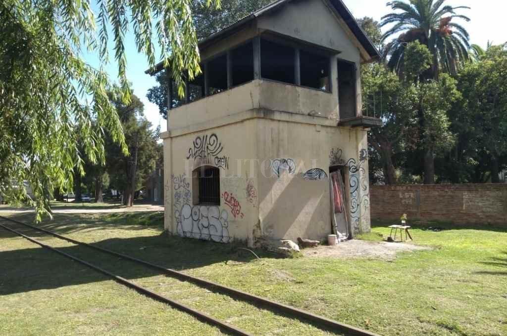 Cabin 10. Otra vez ocupado, está junto a la vía del extinto Tren Urbano, cerca del Puente Negro que cruza Aristóbulo del Valle.    Crédito: Flavio Raina