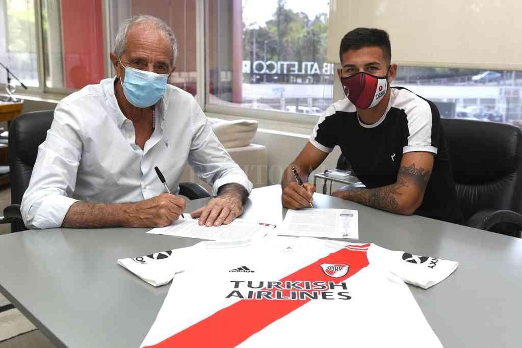 El pase del verano. El momento que Alex Vigo firma su contrato con el presidente Rodolfo Raúl D´Onofrio en la sede de River Plate y por cuatro años de vinculación. Sin dudas, un