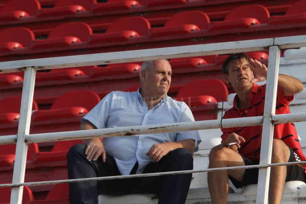 Luis Spahn junto a Fabián Brasca, el presidente y el vice que tiene a su cargo el manejo del fútbol amateur. Entre esta semana y, a más tardar, la que viene, habrá nuevo coordinador. Crédito: Mauricio Garín