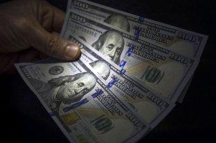"""El dólar oficial abre este viernes estable y el """"blue"""" se vende a $ 143"""