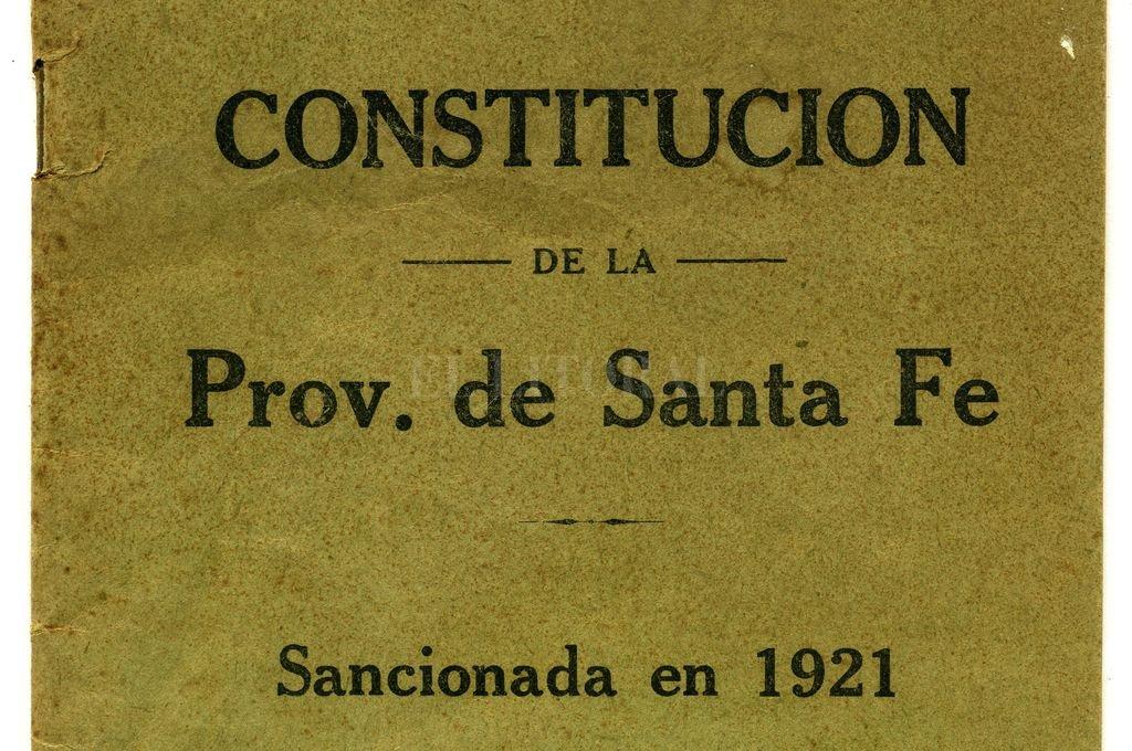 Portada de la Constitución de la Provincia de Santa Fe, sancionada en 1921 e impresa en los talleres gráficos de El Litoral en 1932.  Crédito: Archivo El Litoral