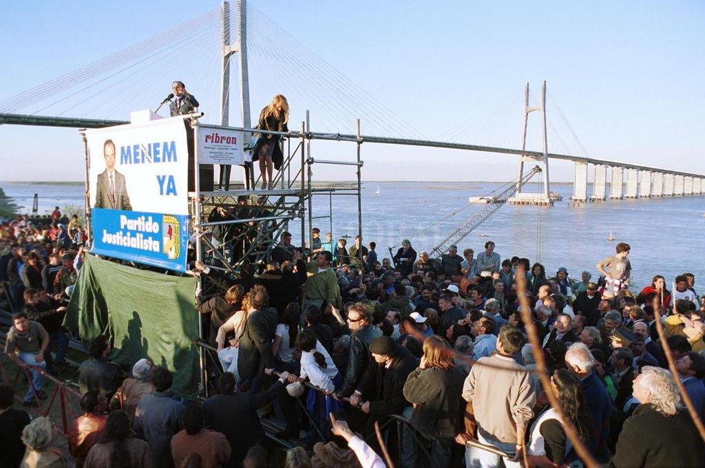 Acto de Carlos Menem frente al puente Rosario Victoria en el año 2002. Crédito: Archivo El Litoral