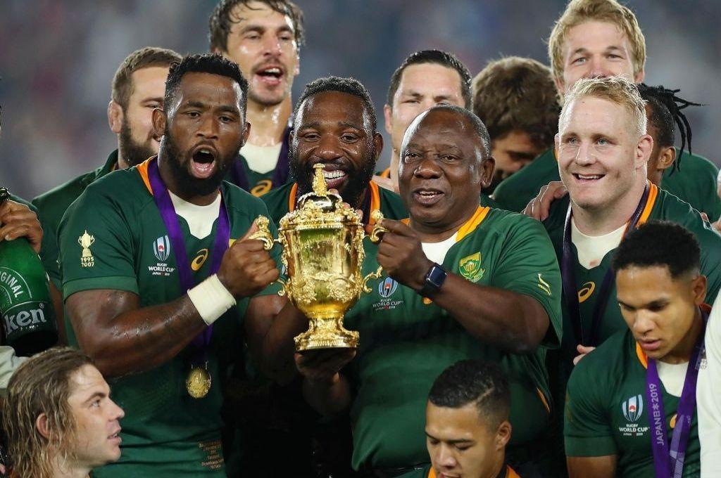 Siya Kolisi, capitán de los Springboks, sostiene la William Webb Ellis Cup junto al presidente de Sudáfrica, Cyril Ramaphosa, tras coronarse campeón de la Rugby World Cup Japón 2019, luego de vencer a Inglaterra en la final. Crédito: Archivo
