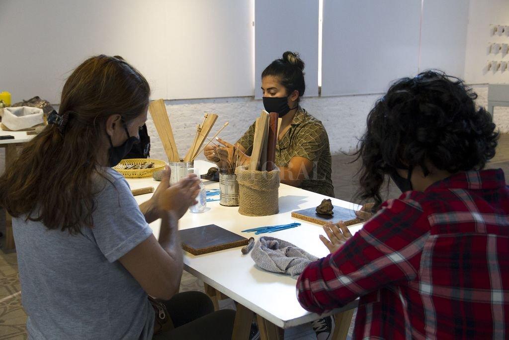 """Estas acciones forman parte del proyecto artístico y pedagógico """"Kiwi, el barro y las palabras"""", que comenzó en febrero del año pasado, a partir de una iniciativa de la Secretaría de Educación y Cultura.  Crédito: Gentileza Municipalidad de Santa Fe"""