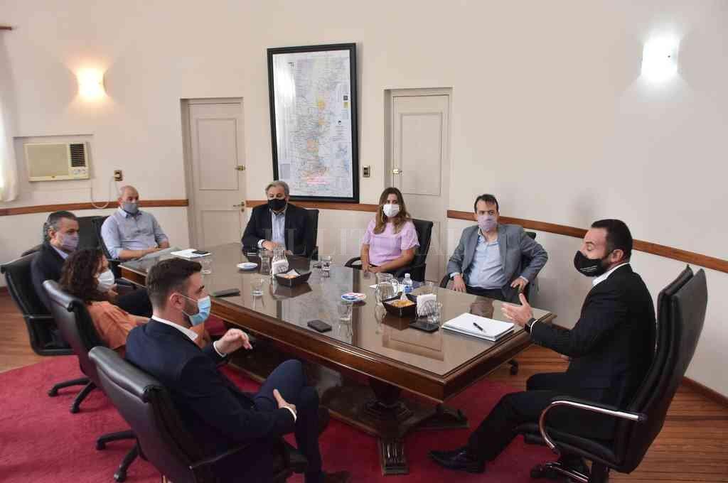Dirigentes y legisladores del Partido Socialista se reunieron con los ministros de Gobierno, Roberto Sukerman y de Gestión, Marcos Corach. Crédito: Flavio Raina