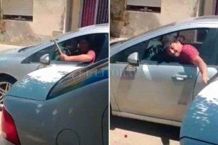 """""""No tengo cómo defenderme"""": desesperada, filmó el brutal ataque de su ex - Así golpeaba el agresor el auto de su ex."""
