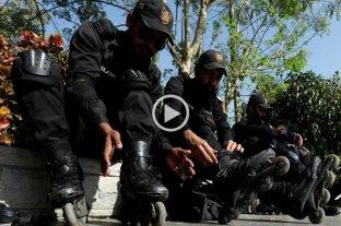 """Video: la policía de Pakistán pone en funciones a su brigada """"en patines"""""""
