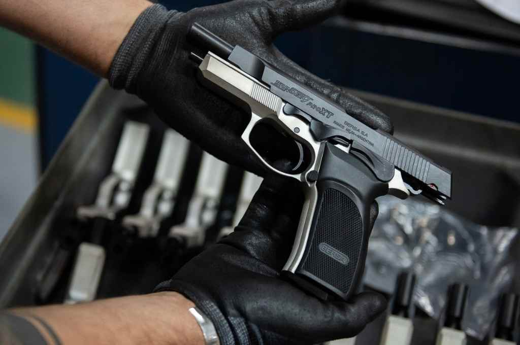 """La Justicia le detiene a Sain una licitación   - Puntería. Pistolas semiautomáticas para la policía santafesina y un llamado a licitación para """"una marca en particular"""", según la denuncia ante la Justicia.    -"""