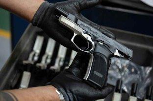 """La Justicia le detiene a Sain una licitación   - Puntería. Pistolas semiautomáticas para la policía santafesina y un llamado a licitación para """"una marca en particular"""", según la denuncia ante la Justicia."""