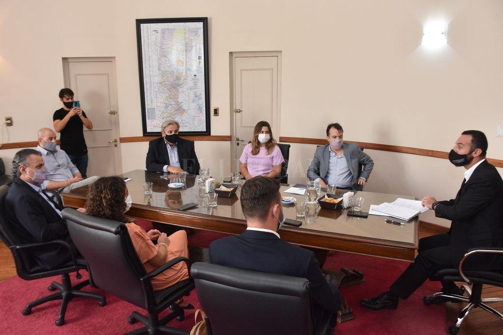 El ministro Roberto Sukerman recibió a miembros del partido socialista.  Crédito: Flavio Raina