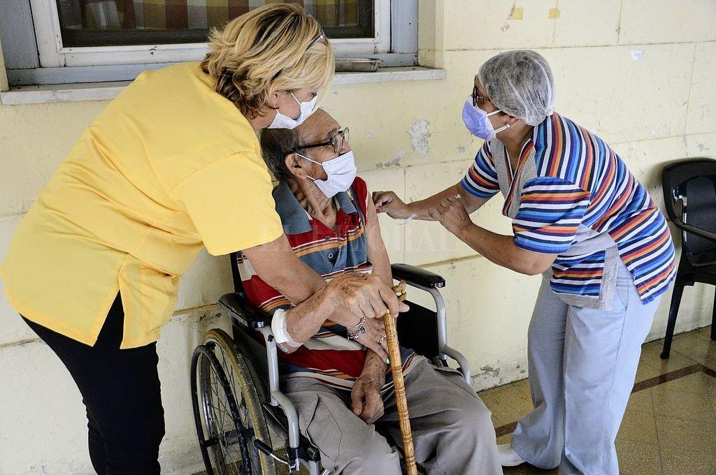 Se completó la vacunación contra el Covid en todos los geriátricos del departamento La Capital y la ciudad de Rosario -  -