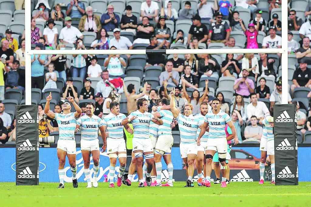 El Seleccionado Argentino, celebrando el histórico primer triunfo ante su par de Nueva Zelanda. Fue el sábado 14 de noviembre pasado, en el Bankwest Stadium de Sydney, en el marco del Tri Nations 2020. En el debut mundialista, ante el Rose Team, Los Pumas afrontarán el partido más exigente de la fase inicial. Crédito: Archivo