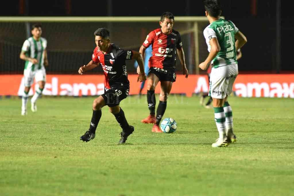 Duelo de punteros e invictos: Colón visita a Banfield - El Pulga Rodríguez domina la pelota ante la marca de un rival. Fue el último choque entre Colón y Banfield, en el último partido que los sabaleros jugaron en el 2020. Ganaba Colón con golazo del Pulga y lo dio vuelta el Taladro, que llegó a la final de la Copa Diego Maradona. -