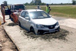 """Un auto quedó """"hasta las ruedas"""" de hormigón -"""