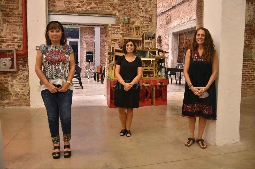 Celia Arena, Sabrina Calandrón y Carolina Varsky, luego del encuentro con organizaciones del centro-norte provincial en la sede de El Molino.    Crédito: Manuel Fabatía