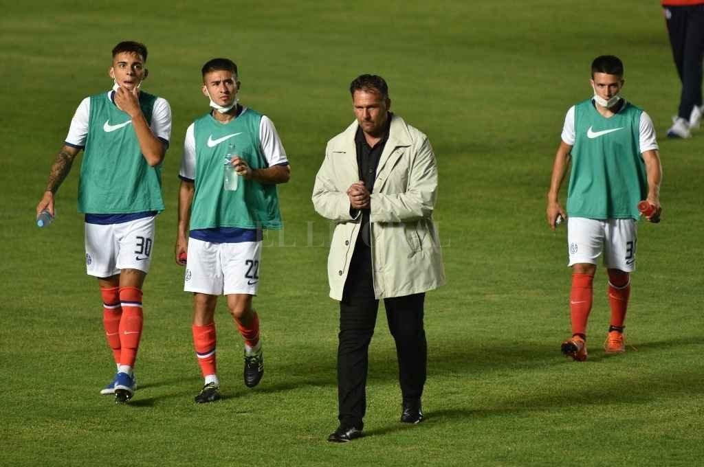 Dabove, DT de San Lorenzo, realizará modificaciones tras la derrota ante Colón en Santa Fe.   Crédito: Manuel Fabatía