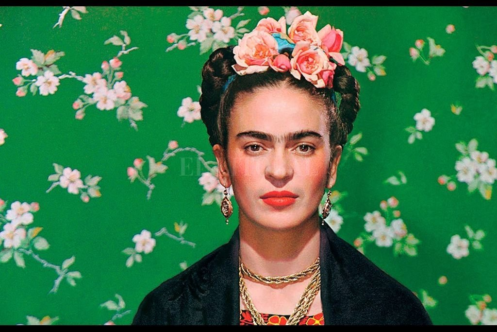 Magdalena Carmen Frida Kahlo Calderón fue una pintora mexicana. Su vida estuvo marcada por el infortunio de sufrir un grave accidente en su juventud que la mantuvo postrada en cama durante largos periodos, llegando a someterse hasta a 32 operaciones quirúrgicas. Crédito: Archivo El Litoral
