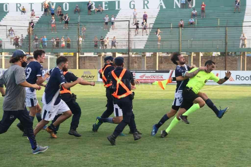 El partido terminó de la peor manera: con incidentes producto de la impotencia por el mal arbitraje. Crédito: Marcelo Miño