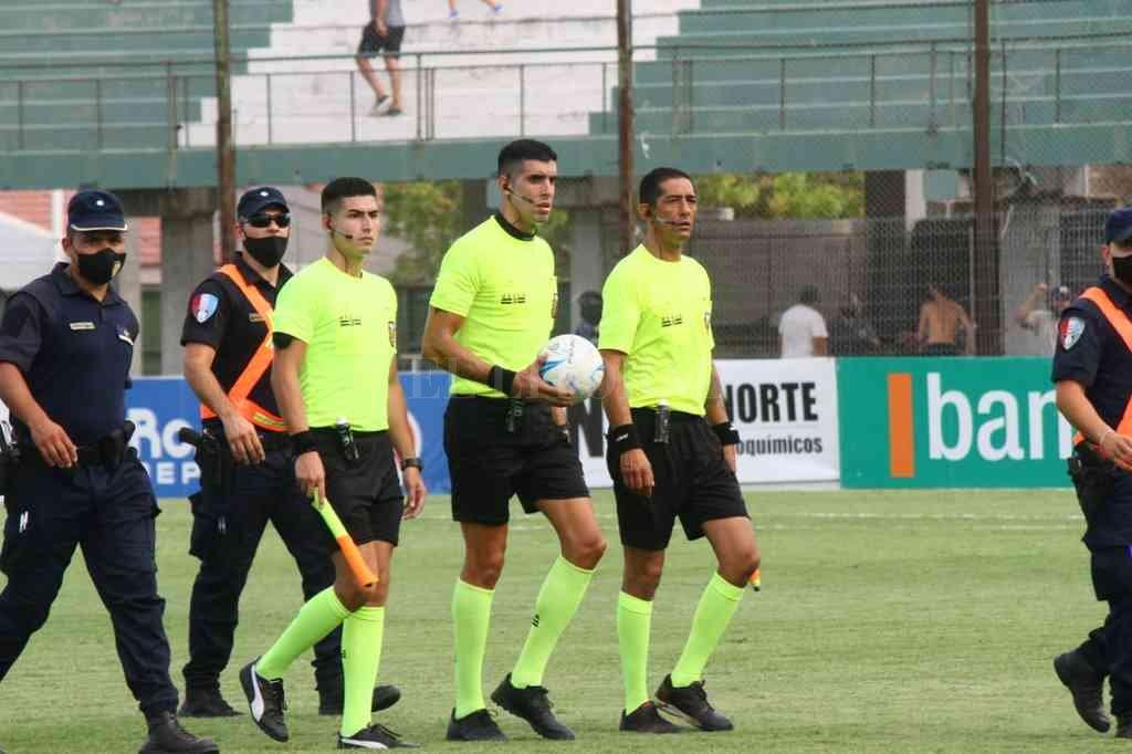 La terna de la polémica. Un arbitraje que muestra la decadencia del fútbol del interior. Crédito: Marcelo Miño