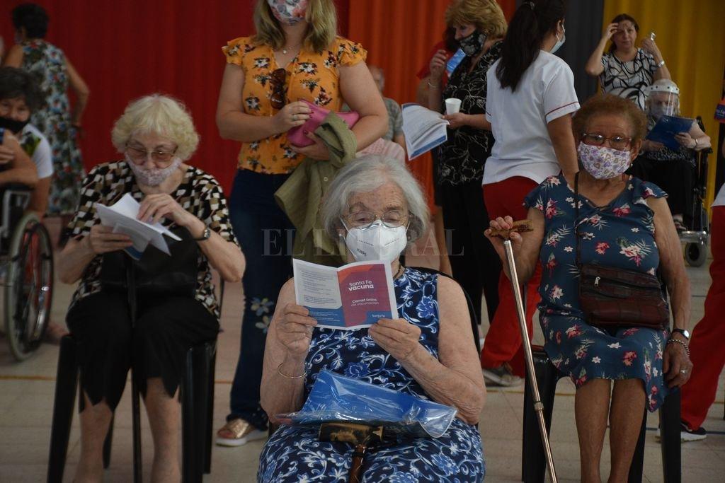 Demografía. Muchas más mujeres que varones figuran en la nómina de personas mayores de 90. Así quedó plasmado este lunes en la Esquina Encendida. Crédito: Guillermo Di Salvatore