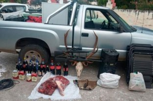 Detuvieron en Córdoba a cazadores con armas de guerra, alcohol y la cabeza de un ciervo