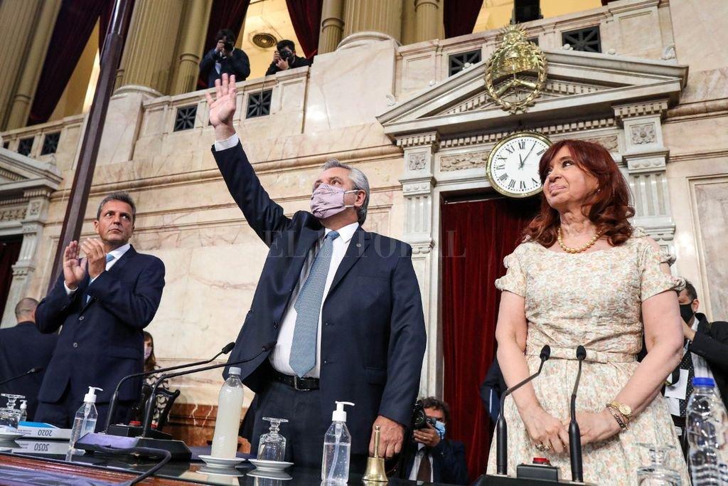 El Presidente Alberto Fernández, con barbijo, saluda a las gradas antes del discurso. A su derecha, Sergio Massa, y a su izquierda, Cristina Fernández. Ambos sin su tapaboca. Crédito: NA