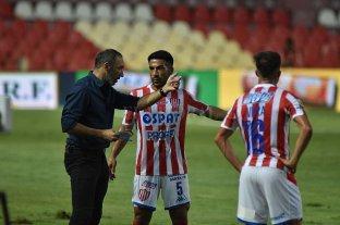 """Azconzábal: """"Siempre en el fútbol la victoria enmascara defectos y resalta de manera exagerada las virtudes"""" - El """"Vasco"""" le da instrucciones al """"Chaco"""" Acebedo, Vera completa la escena. -"""