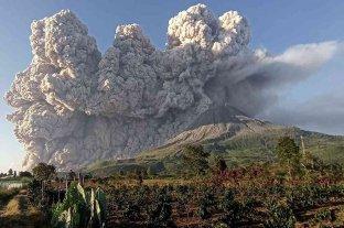 Indonesia: el volcán Sinabung emitió una gigantesca columna de humo y cenizas -  -