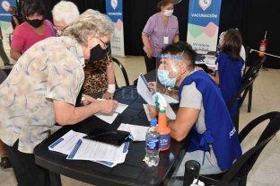 Ya vacunan a mayores de 80 años en Santa Fe