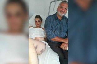 Secuestró a su pareja y la golpeó  con un fierro durante dos días - El estado de Florencia es de cuidado. A su lado el abogado Marcos Barceló, quien tuvo un rol fundamental al realizar la denuncia.