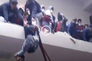 Video: cedió una baranda en una universidad en Bolivia y fallecieron siete estudiantes -