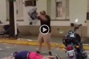 """Video: le dio una brutal golpiza y se justificó diciendo que le debe """"4 palos"""" y que """"la justicia no sirve"""" -"""