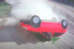 Video: un auto despistó y dio varias vueltas sobre la vereda en Concepción del Uruguay -  -