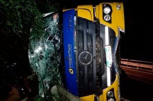 Concordia: un camionero internado tras volcar en la Ruta 14