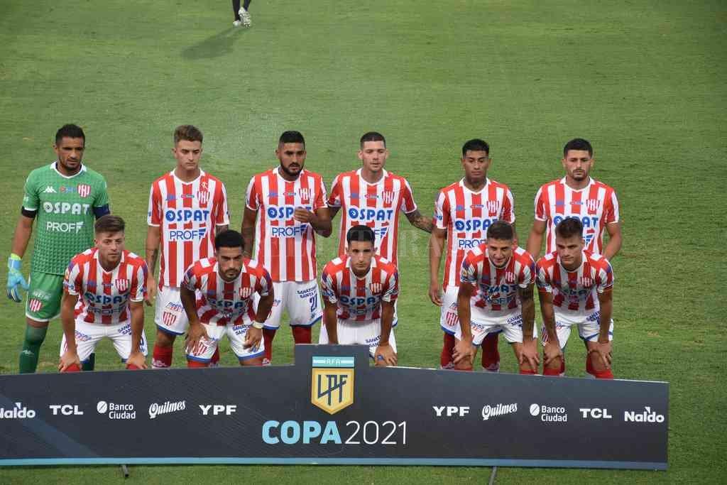 Acá están... estos son. El equipo titular que puso Juan Manuel Azconzábal en la última fecha frente a Lanús en el estadio de López y Planes. Crédito: Manuel Fabatía