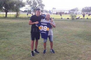 """Fotos inéditas: el """"9"""" de Boca jugando en Recreo - En su vuelta a Nobleza, llevó la camiseta de Boca que luce para el orgullo de todo Recreo."""