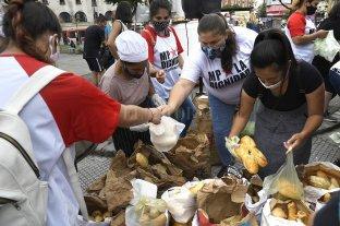 Panaderos protestaron regalando sus productos