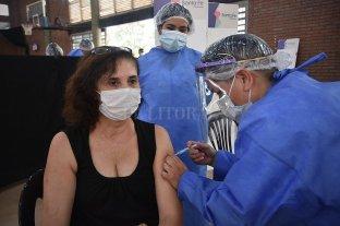 Covid: comenzó en la ciudad de Santa Fe la vacunación para docentes - Una de las docentes vacunadas en la primera tanda.